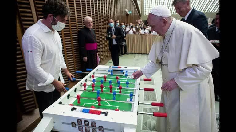 Папа Римский сыграл в настольный футбол в Ватикане
