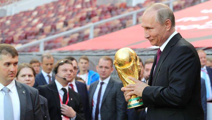 Президент России Владимир Путин с кубком чемпионата мира по футболу