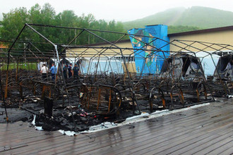 Последствия пожара в палаточном лагере «Холдоми», где погибли четыре ребенка, 23 июля 2019 года