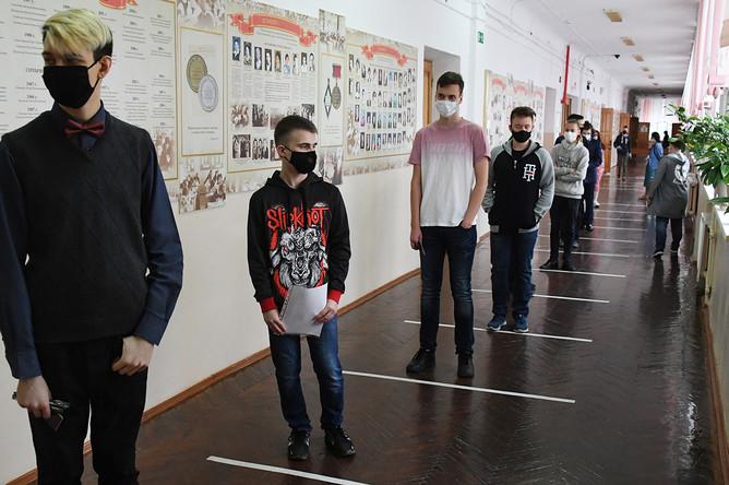 Школьники перед началом сдачи ЕГЭ в средней общеобразовательной школе №13 Владивостока, 3 июля 2020 года