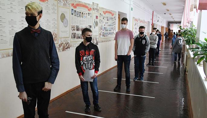 Школьник перед началом сдачи ЕГЭ в школе № 208 в Екатеринбурге, 3 июля 2020 года