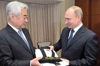 Владимир Путин получает из руки главы WTF Чу Чхон Вона пояс и диплом о присвоении почетного девятого дана по тхеквондо