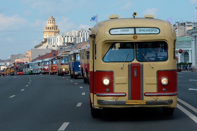 Колонна раритетных автобусов на Садовом кольце в Москве, 8 августа 2015 года