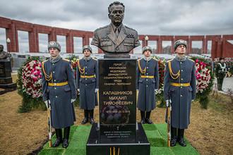 Памятник Михаилу Калашникову, открытие которого состоялось на военном мемориальном кладбище в Мытищах в Московской области