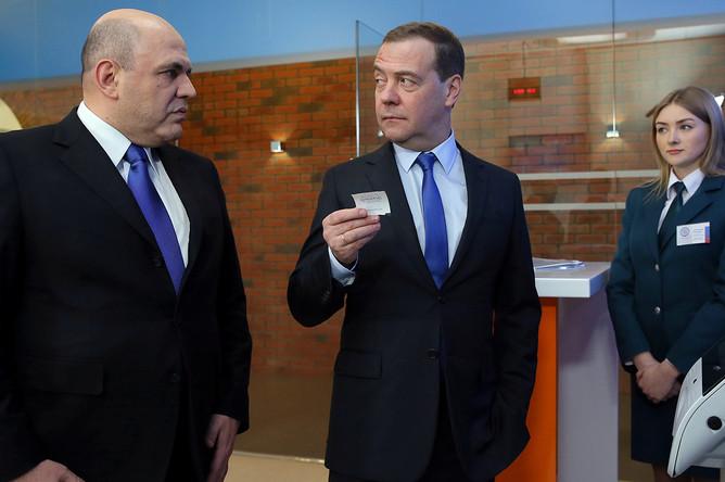 Председатель правительства РФ Дмитрий Медведев и руководитель ФНС РФ Михаил Мишустин (слева) во время посещения Федеральной налоговой службы РФ, 13 февраля 2019 года