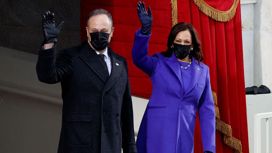 Избранный вице-президент США Камала Харрис и ее муж Дуг Эмхофф перед началом церемонии инаугурации Джо Байдена, 20 января 2021 года