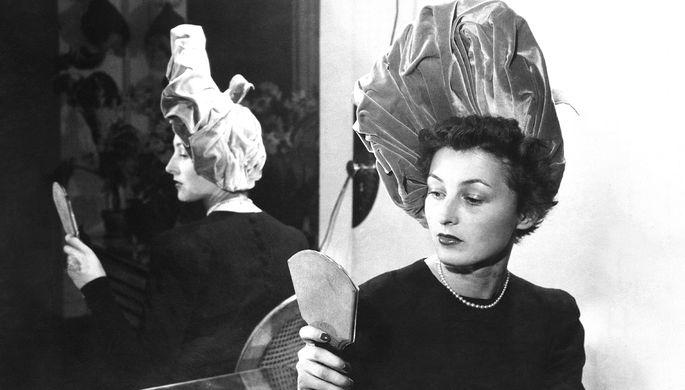 Участница модного показа в Париже, 4 октября 1944 года