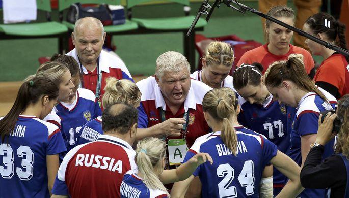 Главный тренер женской сборной России по гандболу Евгений Трефилов дает указания своим подопечным во время тайм-аута