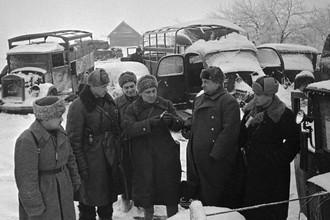 10 декабря 1941 года. Командующий 16-й армией генерал-лейтенант Константин Рокоссовский (второй слева), член Военного совета Алексей Лобачев и писатель Владимир Ставский осматривают захваченную советскими войсками технику противника