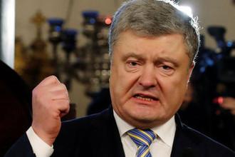 Даже слушать не стал: Порошенко выбил телефон из рук украинца