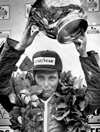 Ники Лауда с кубком Гран-При США после гонки на трассе Уоткинс-Глен, 1975 год