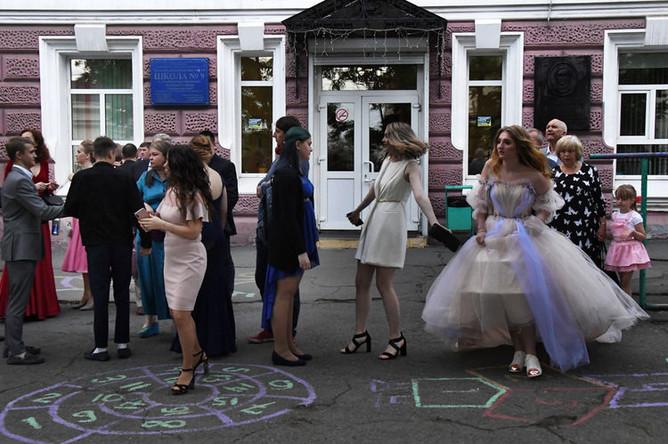 Выпускники после празднования школьного выпускного во Владивостоке, 22 июня 2019 года