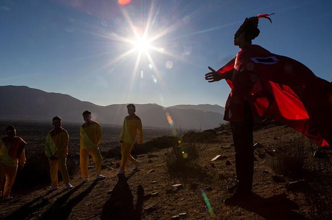 Молодежь в костюмах в чилийском поселке Ла-Игера накануне солнечного затмения, 1 июля 2019 года