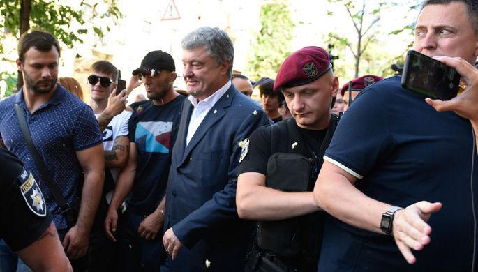 Бывший президент Украины Петр Порошенко у здания Государственного бюро расследований (ГБР) в Киеве, 12 августа 2019 года