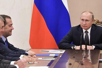 Президент России Владимир Путин и премьер-министр Дмитрий Медведев на совещании с постоянными членами Совета безопасности в Кремле, 8 октября 2019 года