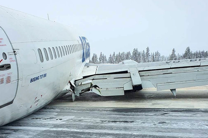 Пассажирский самолет Boeing авиакомпании Utair, совершивший жесткую посадку в аэропорту Усинска, 9 февраля 2020 года
