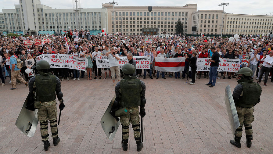 Белорусские силовики и участники протестного митинга около Дома правительства в Минске, 14 августа 2020 года