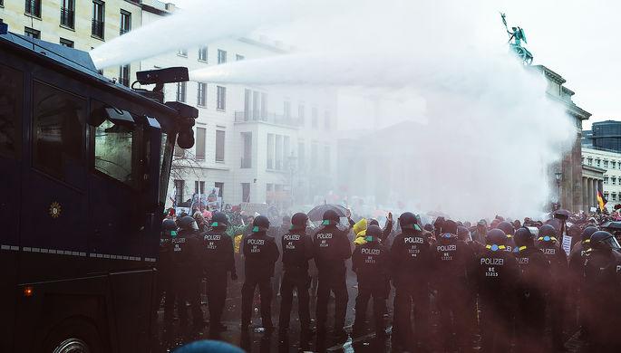 Во время протестов в Берлине, 18 ноября 2020 года