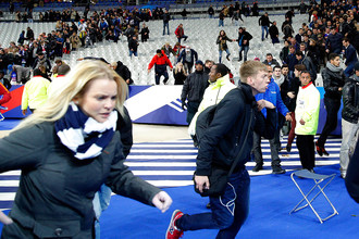 Зрители после террористической атаки на стадионе «Стад де Франс»
