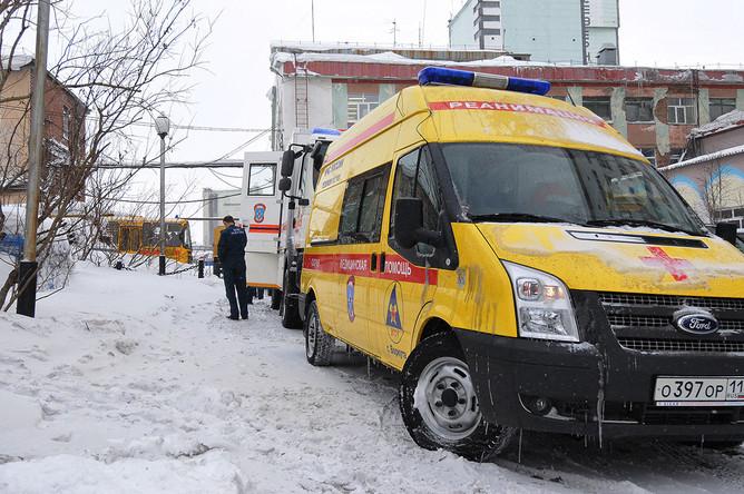 Реанимобиль у шахты «Северная» после третьего взрыва 28 февраля