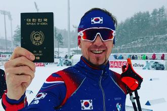 Бывший российский биатлонист Тимофей Лапшин показывает свой новый паспорт гражданина Южной Кореи, за которую он будет выступать на зимних Олимпийских играх 2018 года в Пхенчхане