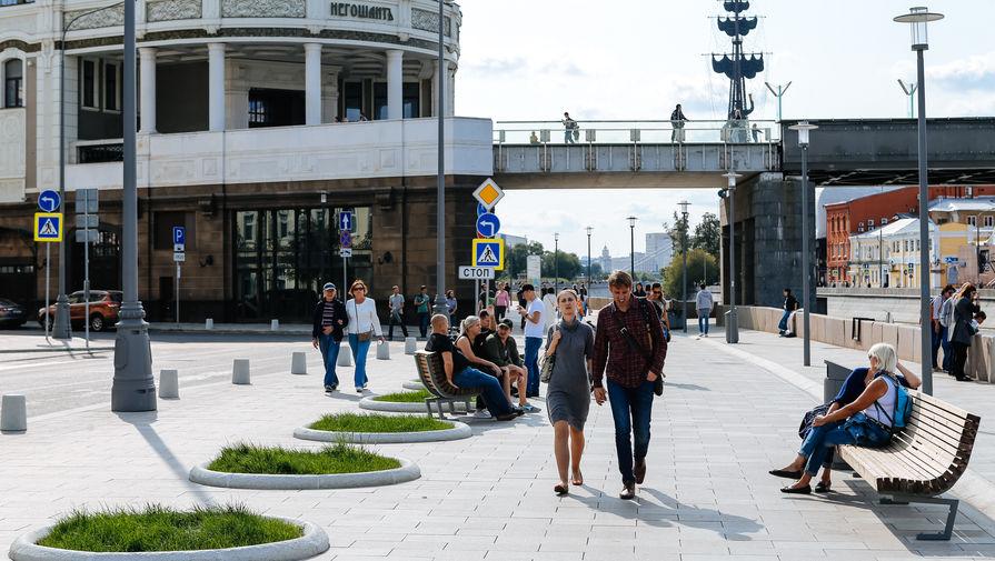 Якиманская набережная стала пешеходной, появились клумбы и лавки