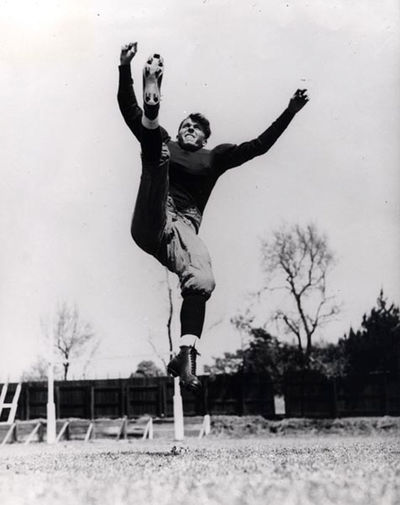 Рейган всегда любил спорт и в юности активно им занимался. Из-за проблем со зрением он не играл в бейсбол, выбрав американский футбол. В фильме «Ньют Рокни — настоящий американец» (1940) Рейган сыграл знаменитого футболиста Джорджа Гиппера. На фото: кадр из фильма
