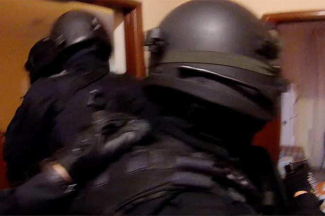 Операция по задержанию участника нападения на инкассаторов в Москве (кадр из видео)