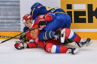 Игрок сборной России Александр Елесин (слева) в товарищеском матче Европейского хоккейного вызова между сборными командами России и Швеции.