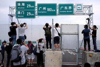 Участок моста Гонконг  Чжухай  Макао в Гонконге незадолго до церемонии открытия, 19 октября 2018 года