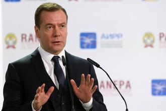 Глава правительства России Дмитрий Медведев во время пленарного заседания на Гайдаровском форуме в Москве, 2017 год