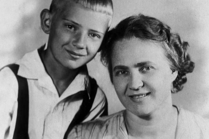 Юрий Визбор с мамой. Фото из личного архива Визбора