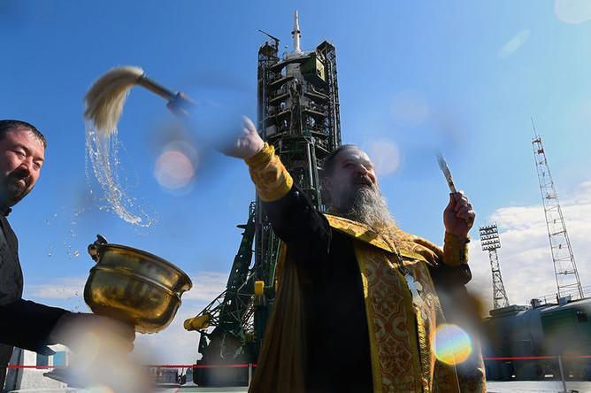 Духовник «Роскосмоса» отец Сергий (Сергей Бычков) во время обряда освящения ракеты-носителя «Союз-ФГ» с пилотируемым кораблем «Союз МС-15» на стартовой площадке космодрома Байконур, 24 сентября 2019 года