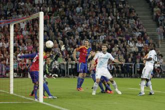 Нападающий «Челси» Виктор Мозес забивает гол в ворота «Базеля»