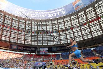 Елена Исинбаева бежит к золотой медали чемпионата мира в Москве...