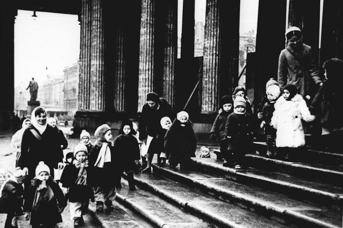 Ребята из детских яслей №237 на прогулке. Январь 1941 года
