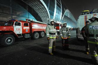 Сотрудники МЧС России у аэропорта «Домодедово», где произошел взрыв