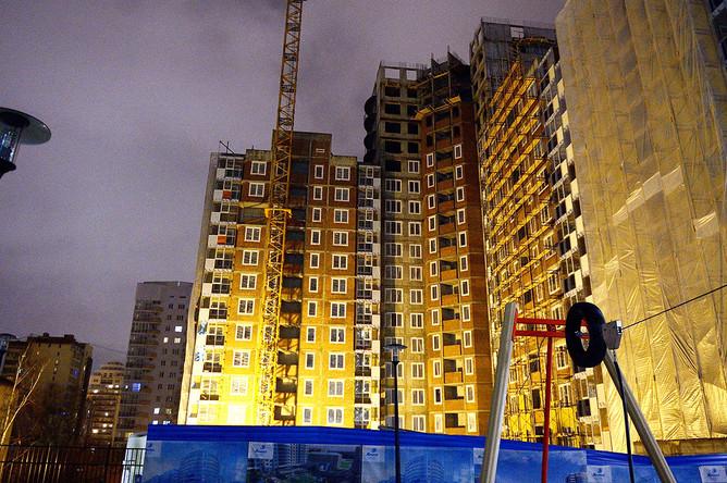 На месте падения башенного крана во дворе дома на улице Куйбышева