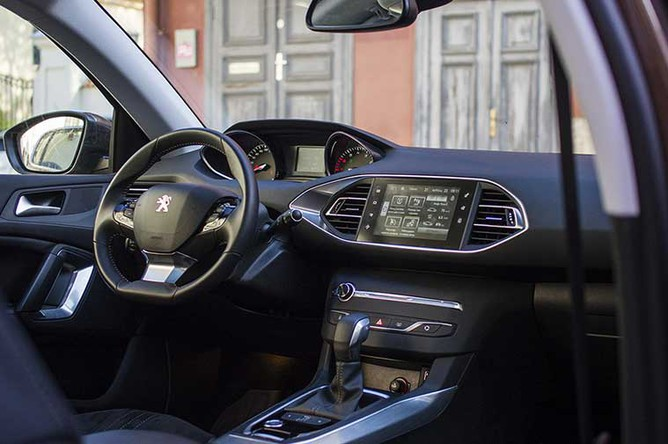 Интерьер Peugeot 308 оценят любители минимализма. На центральной консоли находится всего пять кнопок.