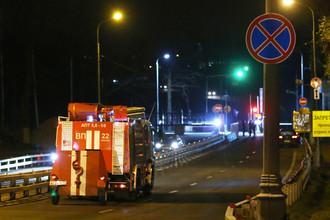 Машина пожарной службы на 38-м км МКАД в районе Ясенево, где произошел пожар в одном из технических объектов Службы внешней разведки (СВР) России, 8 ноября 2017 года