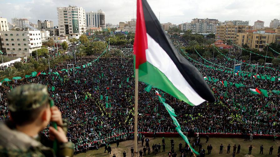 Палестинский флаг во время празднования 30-летия ХАМАС в Газе, 14 декабря 2017 года