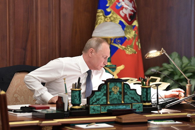 Владимир Путин в своем рабочем кабинете, 2018 год