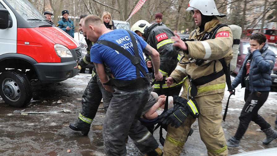 Спасатели выносят ребенка, пострадавшего при взрыве жилого дома на улице Зеленой в Химках, 19 марта 2021 года