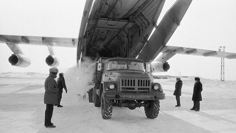 Разгрузка самолета ИЛ-76 в Норильском аэропорту, 1981 год