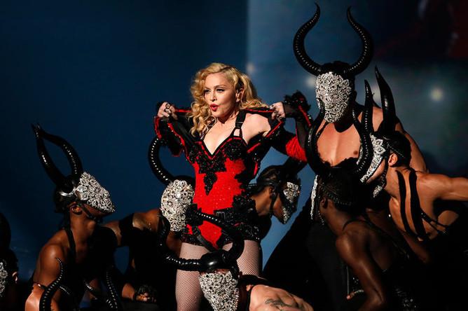 Мадонна выступает на 57-й церемонии вручения наград Грэмми в Лос-Анджелесе, 2015 год