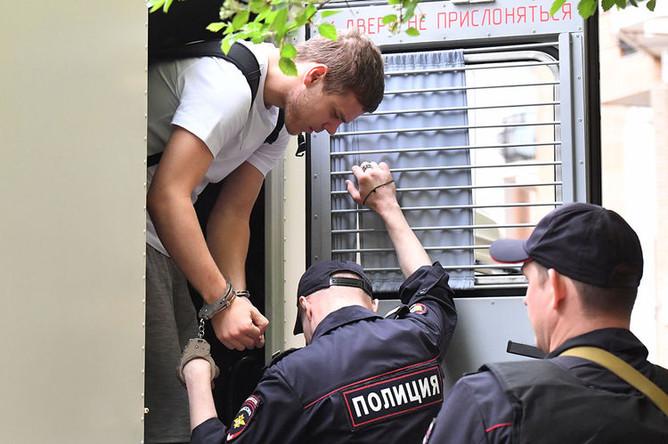 Футболист Александр Кокорин выходит из автозака у здания Пресненского суда города Москвы перед началом очередного заседания, 8 мая 2019 года