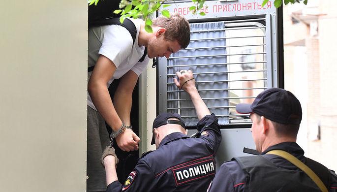 Футболист Александр Кокорин, обвиняемый в хулиганстве и побоях, перед началом заседания Пресненского суда города Москвы, 8 мая 2019 года