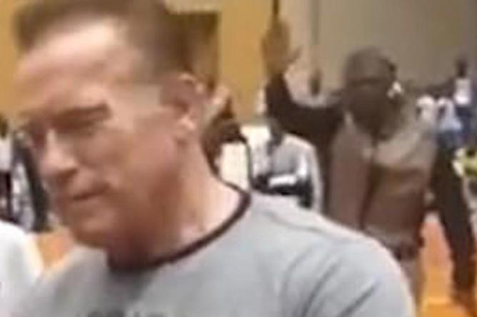 Момент нападения на Арнольда Шварценеггера, скриншот видео