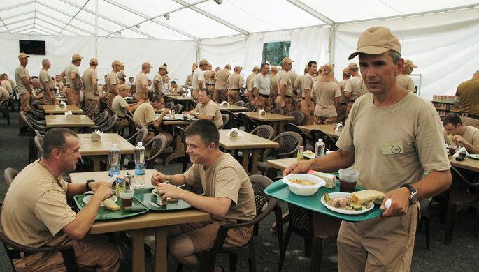 Военнослужащие РФ обедают на базе Хмеймим в Сирии