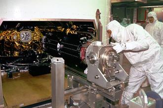 Работники стартового комплекса крепят три плутониевых РИТЭГа на Cassini, 9 октября 1997 года